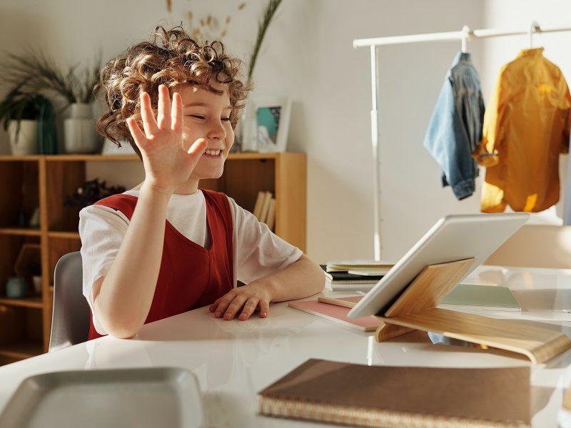 aluna engajada na aula on-line